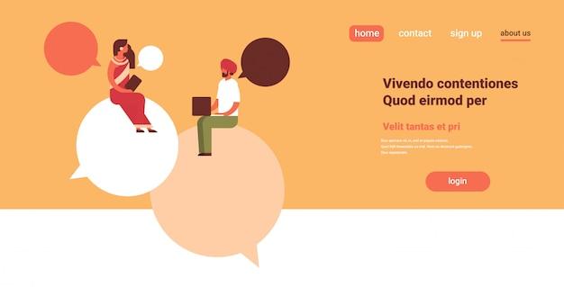 Indische paar sitzen chat bubbles kommunikation rede dialog