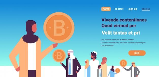 Indischer geschäftsfrauführer, der bitcoin kryptowährungsfahne hält