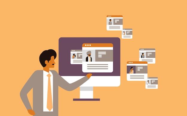 Indischer mann, der unterschiedlichen benutzerjob-stellenangebotkandidatenprofilierungs-konzeptprofilzusammenfassung wählt