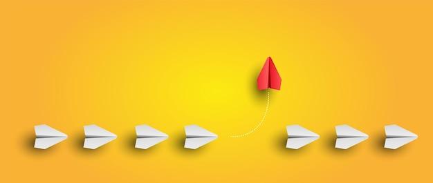 Individueller und einzigartiger führer roter papierflieger fliegt zur seite