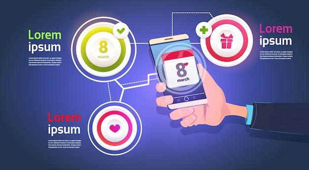 Infographic-elemente für den 8. märz mit der hand, die intelligenten telefon-glücklichen frauen-tagesschablonen-hintergrund hält