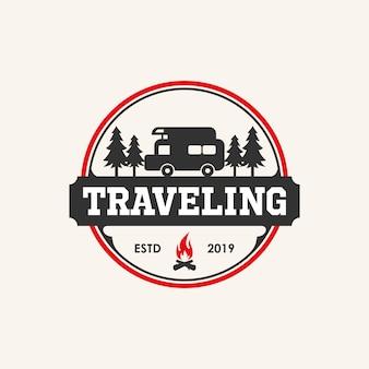 Inspiration für das logo-design auf reisen mit auto- und lagerfeuerelementen,