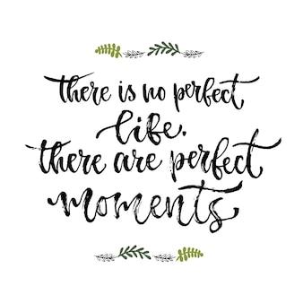 Inspirierende phrase. es gibt kein perfektes leben, es gibt perfekte momente. handbeschriftungskalligraphie. vektor-illustration für druckdesign