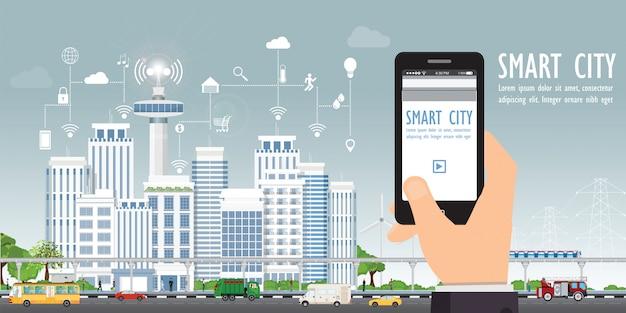 Intelligente stadt auf stadtlandschaft mit der hand, die smartphone hält.