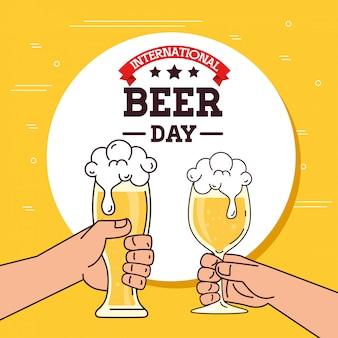 Internationaler biertag, august, hände halten ein bier