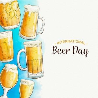 Internationaler biertag mit schaumigen pints und gläsern