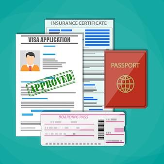 Internationaler reisepass, genehmigter visumantrag, versicherungszertifikat und bordkarte. reisekonzept.