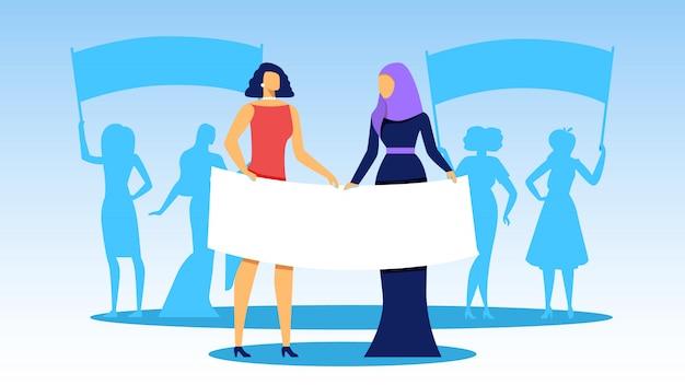 Interracial girls stehen in reihe mit großen bannern