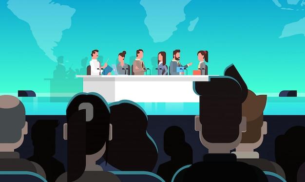 Interview-konzept der geschäftskonferenz-öffentlichen debatten-interview-sitzung vor großem publikum