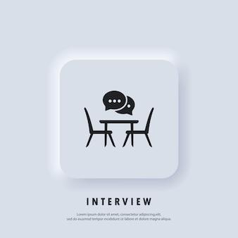 Interview-symbol. konferenzraum, flache ikone der tafel. concilium-symbol, geschäftstreffen. schreibtisch, stühle mit sprechblase. leute, die am tisch sitzen. vektor. neumorphe ui-ux