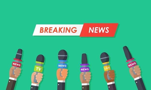 Interviews sind journalisten von nachrichtensendern und radiosendern. mikrofone in den händen eines reporters. pressekonferenzidee, interviews, neueste nachrichten. aufnahme mit einer kamera.