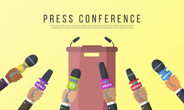 Interviews sind journalisten von nachrichtensendern und radiosendern. mikrofone in den händen eines reporters. pressekonferenzidee, interviews, neueste nachrichten.