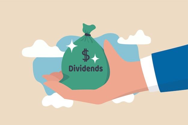 Investorenhand, die großen geldbeutel mit etikett dividenden und dollargeldzeichen hält