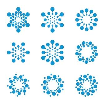Isolierte abstrakte runde form winterlogo auf weißem hintergrund blaue schneeflocken logos gesetzt