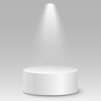 Isoliertes leeres weißes 3d-podium auf grauem hintergrund. leuchtender projektor.