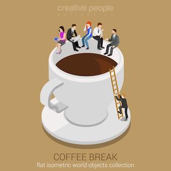 Isometrische infografik des flachen pausen-web der kaffeepause konzept. lässige geschäftsleute des geschäfts, die auf der riesigen kaffeetassenkante sitzen. mann klettert leiter hoch. kreative personensammlung.