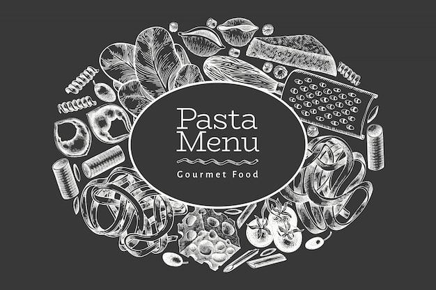 Italienische pasta mit zusätzen. hand gezeichnete vektorlebensmittelillustration auf kreidetafel. gravierter stil. vintage pasta verschiedene arten.