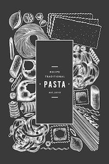 Italienische pasta-vorlage. hand gezeichnete lebensmittelillustration auf kreidebrett. gravierter stil. verschiedene arten hintergrund der weinleseteigwaren.