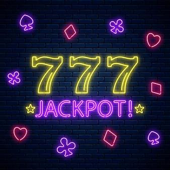 Jackpot - leuchtendes neon-motivationsschild mit drei sieben am spielautomaten. spielautomat 777 gewinnkombination im neonstil.