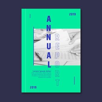 Jahresbericht vorlage mit papieren und stift