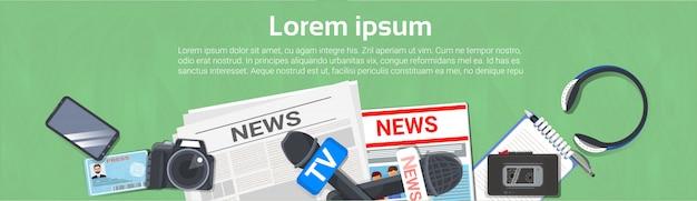 Journalist-arbeitsplatz-konzept-horizontale fahnen-draufsicht der zeitung, des mikrofons, des tonbandgeräts