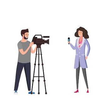 Journalistinreporter, der live-nachrichtengespräch mit mannbetreiberkameramännern unter verwendung der videokamera darstellt