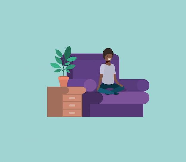 Jugendlicher schwarzer junge sitzt im wohnzimmer