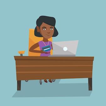 Junge afrikanische frau, die online mit kreditkarte zahlt