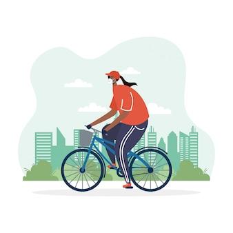 Junge afro-frau, die fahrrad trägt, die medizinische maske trägt