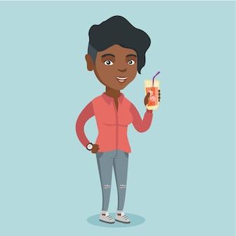 Junge afroamerikanerfrau, die ein cocktail trinkt.