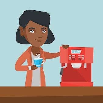 Junge afroamerikanerfrau, die kaffee macht.