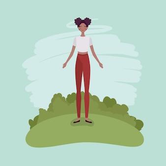 Junge afrofrau, die im lager steht