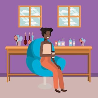 Junge afrofrau gesetzt in trinkendem getränk des salonstuhls