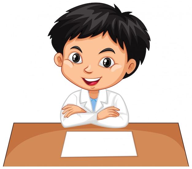 Junge auf dem schreibtisch auf weiß