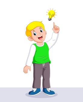 Junge denkt die geniale idee mit der gelben lampe über ihm