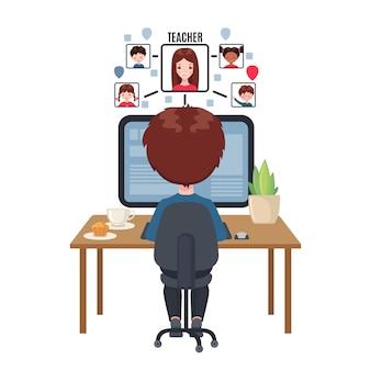 Junge, der an einem tisch sitzt und zu hause am computer studiert.