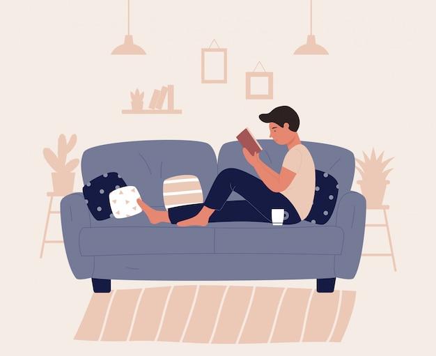 Junge, der auf sofa oder couch sitzt und buch liest. entspannen sie sich bei der darstellung der konzeptfiguren