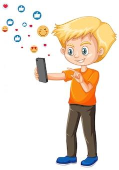 Junge, der das smartphone mit dem symbolthema der sozialen medien lokalisiert auf weißem hintergrund verwendet