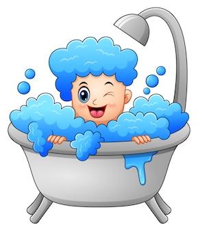 Junge, der ein bad mit seifenblasen nimmt