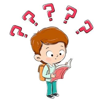 Junge, der ein fasziniertes buch mit fragezeichen liest