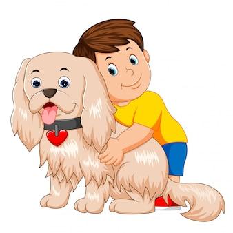 Junge, der einen lustigen hund umarmt