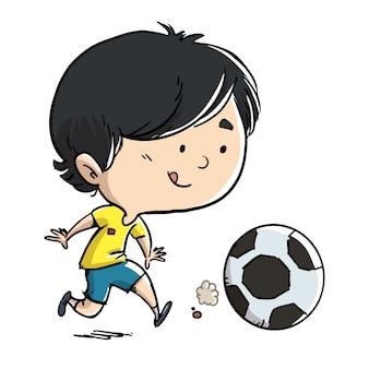 Junge, der fußball nach der kugel spielt