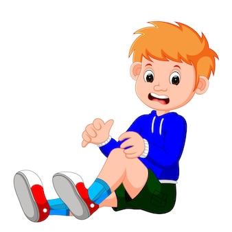 Junge, der mit einem kratzer auf seinem knie weint