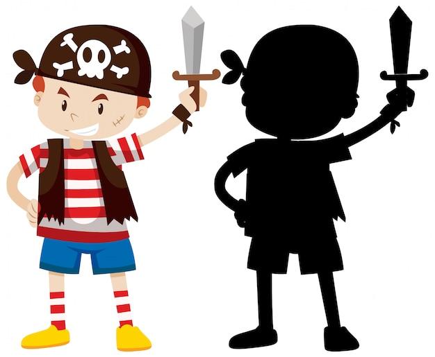 Junge, der piratenkostüm mit seiner silhouette trägt