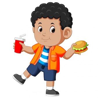 Junge, der schnellimbiß isst