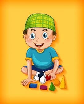 Junge, der spielzeug auf gelbem hintergrund spielt
