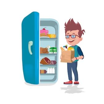 Junge, der taschen voll lebensmittel vor einem kühlschrank hält