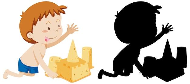Junge, die sandburg mit seiner silhouette baut