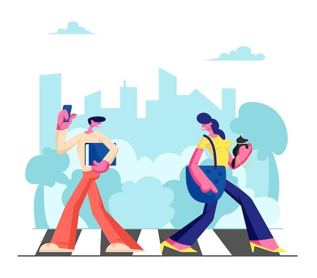 Junge entzückende frau mit hund und mann mit telefon, die entlang zebrastreifen in der großen geschäftigen metropole, im lebensstil der stadtbewohner, in der arbeit oder in der freizeit am wochenende, verkehr gehen