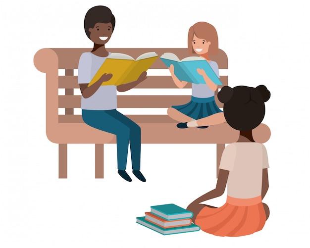 Junge ethniestudenten, die lesebuch sitzen